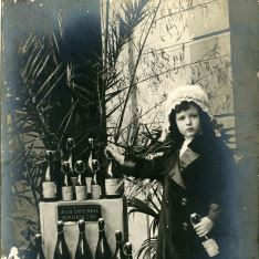 Niña y botellas